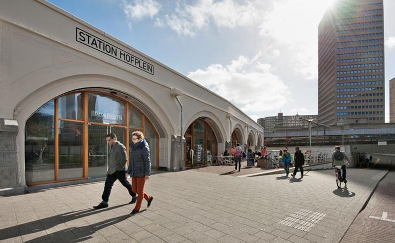 De hotspot met hippe koffietentjes, fijne eetgelegenheden en trendy winkels heet Station Hofplein. Eigenlijk zit hij ónder dat vroegere station, in de bogen van het Hofviaduct.