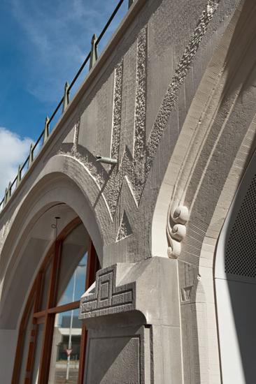 Foto van het stucwerk van Station Hofplein met vlak stucwerk, frijnwerk, tamponneerwerk en gegoten voluten.