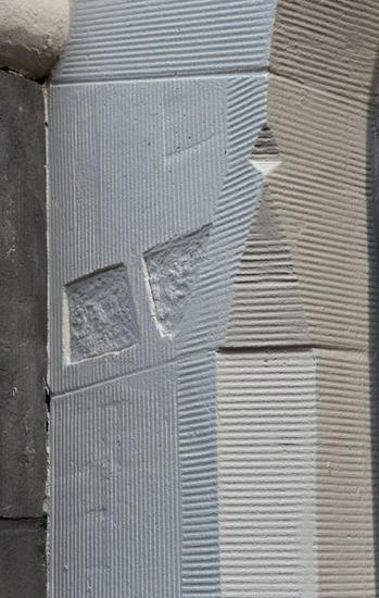 Deze foto van het stucwerk op de bogen van het Station Hofplein laat goed zien hoe veel verschillende details er in een klein stukje stucwerk kunnen zitten.