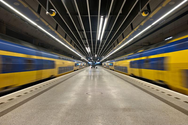 Perron van station Delft met zijn klassieke terrazzovloer en daarboven het moderne plafond. Foto door Klokhuys tekst en foto voor afbouwmagazine Mebest.
