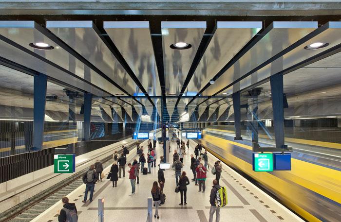 Close-up van het high-tech plafond boven het perron van Station Delft. Foto gemaakt voor afbouwmagazine Mebest.