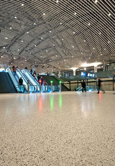 Beeld van de grote strakke en niet gedilateerde terrazzovloer van de mezzanine in station Delft. Foto van Klokhuys tekst en foto voor afbouwmagazine Mebest.