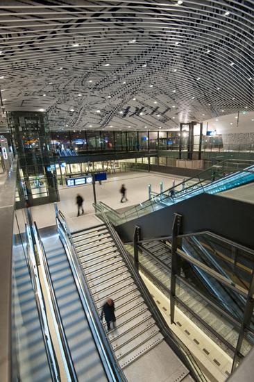 Beeld van station Delft met de mezzaninevloer, de trap naar perron en het perron zelf; allemaal terrazzo. Foto gemaakt voor afbouwmagazine Mebest.