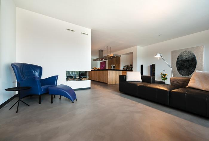 Woonkamer met betonlookvloer. Foto gemaakt voor Mebest 2015 nr 4.