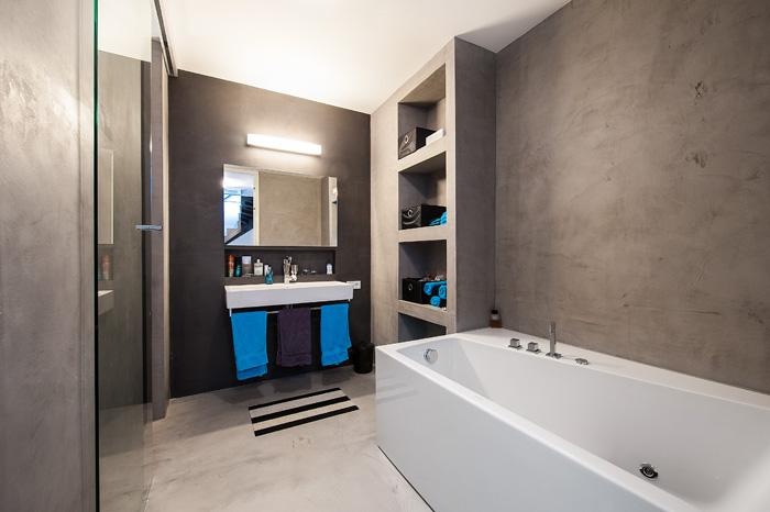 Badkamer met betonlook vloer en wanden. Foto gemaakt voor Mebest 2015 nr 4.