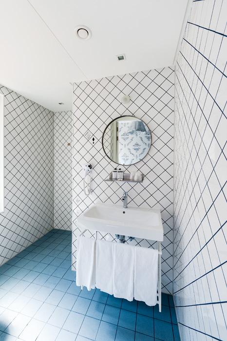 Verassend betegelde badkamer in Hotel Kaboom. Foto gemaakt voor Mebest 2015 nr 4.