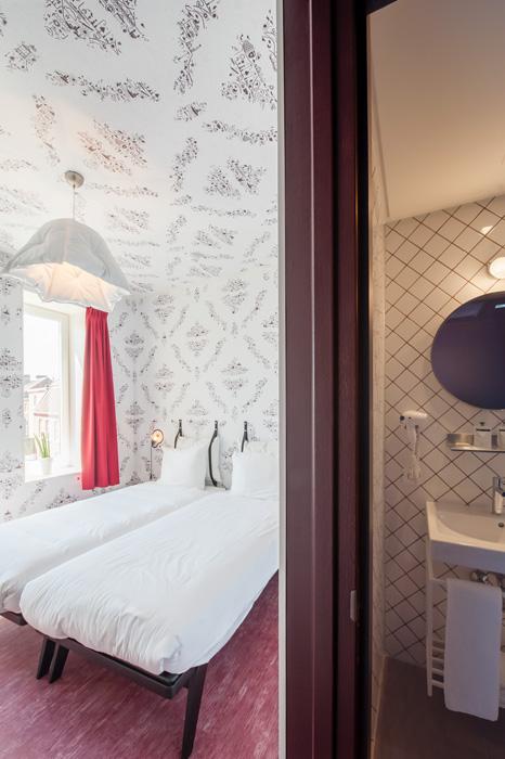 Tweepersoonskamer met badkamer in Hotel Kaboom. Foto gemaakt voor Mebest 2015 nr 4.