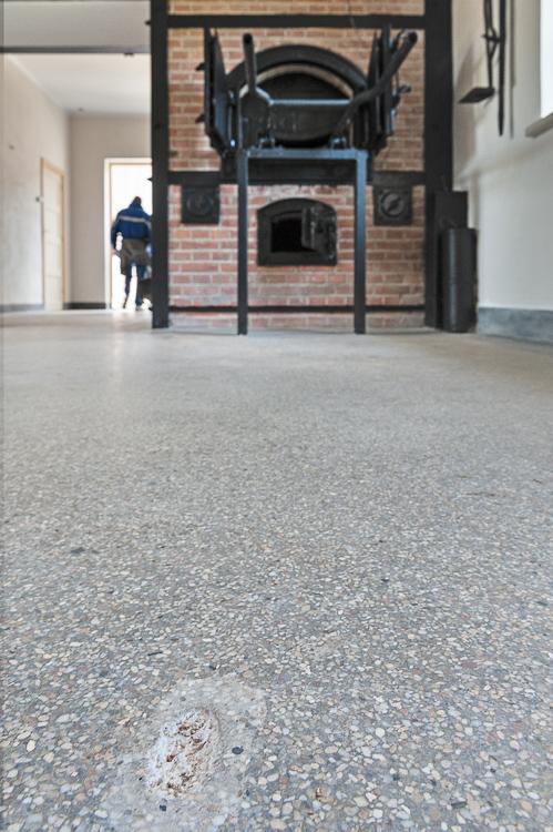 Foto van verbrandingsoven in crematorium van kamp Vught. De beschadiging in de vloer is niet gerestaureerd. Foto gemaakt voor afbouwmagazine Mebest.