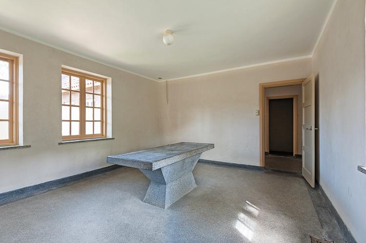 Kamer met sectietafel van terrazzo in nationaal monument kamp Vught. Foto gemaakt voor afbouwmagazine Mebest.