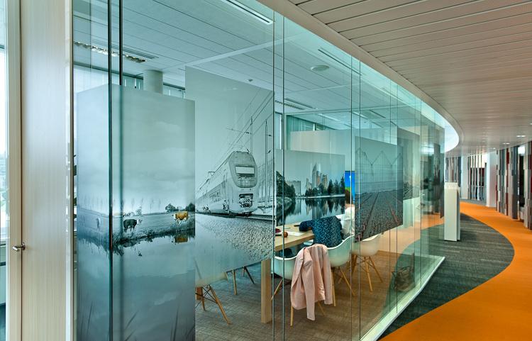 Vergaderruimte met transparante wand, deels bekleed met folie. Foto gemaakt voor Mebest 2015 nr 3.